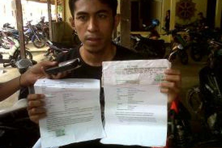 Kakak kandung korban penipuan salah satu oknum pegawai Kanwil Dephukam Maluku, Sunardianto memperlihatkan sejumlah bukti perjanjian dan kwitansi setoran kepada wartawan, di Mapolres Ambon, Jumat (23/8/2013).