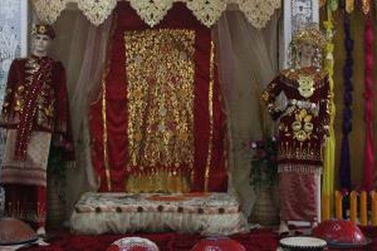 Sketsa upacara adat pernikahan masyarakat Belitung dalam Ruang Budaya, Kantor Disbudpar Belitung Timur, di Manggar, Provinsi Kepulauan Bangka Belitung. Pengunjung dapat berfoto di sini dan berpura-pura menjadi pengantin.