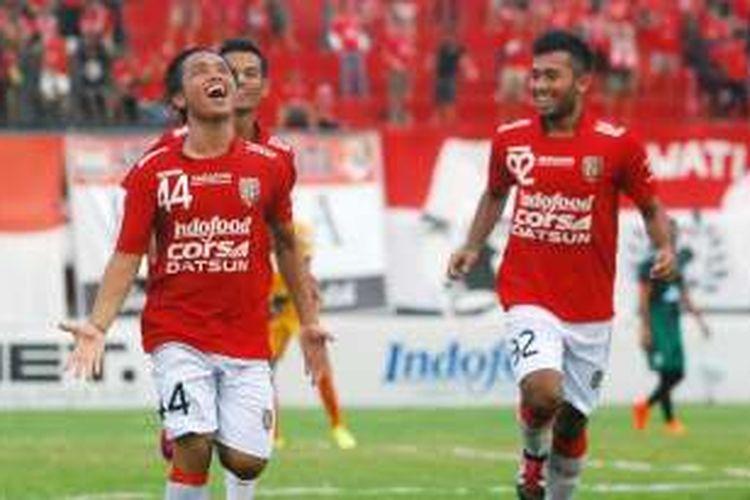 Gelandang Bali United, I Gede Sukadana, meluapkan kegembiraannya seusai mencetak gol ke gawang PSS Sleman, Selasa (23/2/2016).