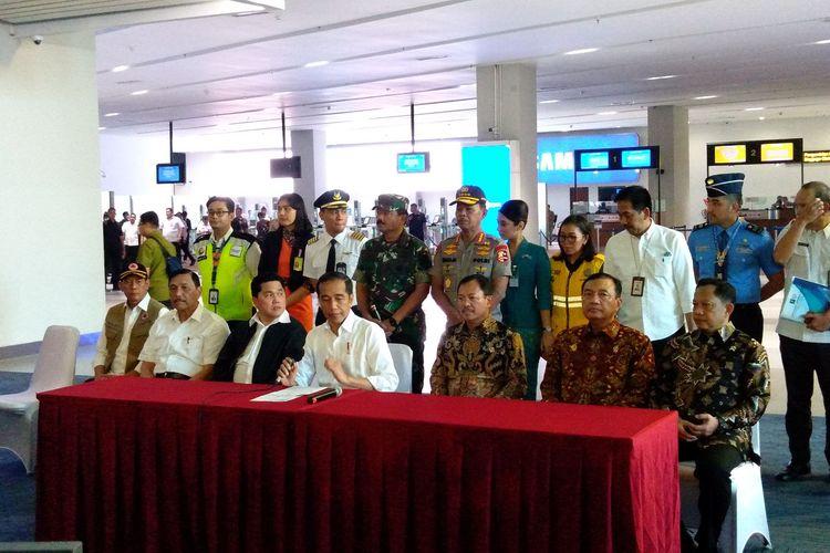 Presiden Joko Widodo konferensi pers perihal penanganan virus Corona di Terminal 3 Bandara Soekarno-Hatta, Jumat (13/3/2020)