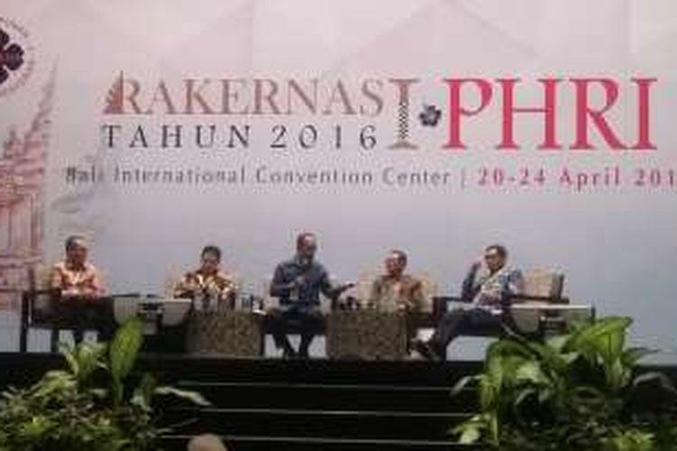 CEO Kompas Gramedia Group Lilik Oetama (kiri) saat menjadi narasumber di seminar acara Rakernas PHRI, Nusa Dua, Bali, Kamis (21/4/2016).