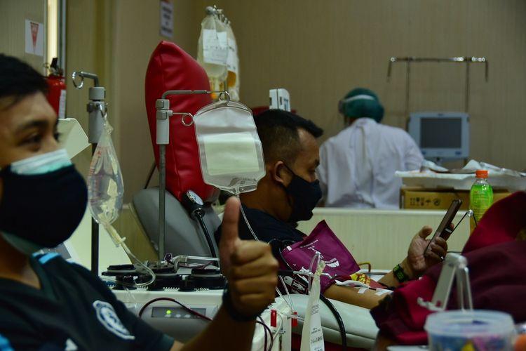 Tampak penyintas covid tengah mendonorkan plasma konvalesennya di PMI Kota Bandung, Jalan Aceh, Kota Bandung, Senin (5/7/2021). PMI menyebut permintaan tak sebanding dengan pendonor Plasma Konvalesennya.