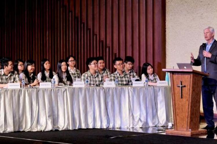 """Prof Robert F. Engle III pada dialog dan diskusi bertema """"The Prospects for Global Financial Stability"""" yang diselenggarakan di IPEKA Integrated Christian School (IICS), Meruya, Jakarta Barat, Jumat (24/2/2017) pekan lalu."""