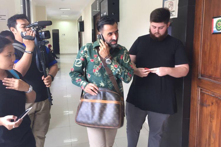 Artis peran Jeremy Thomas (tengah) bersama seorang kerabatnya tiba di Pengadilan Negeri Tangerang, Banten, Kamis (14/9/2017) pagi. Jeremy datang untuk menghadiri sidang putranya, Axel Matthew Thomas (19), yang jadi terdakwa kasus penyalahgunaan narkotika.