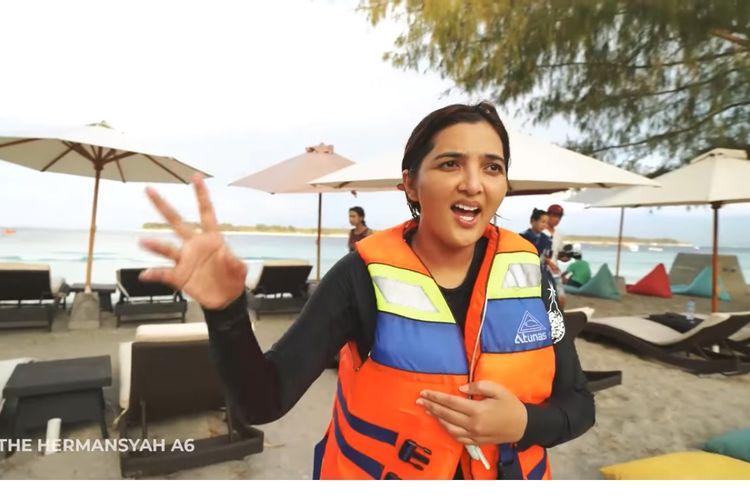 Kaki Ashanty sempat terbentur karang ketika melakukan snorkeling di perairan Gili Trawangan. Meskipun merasa sakit, Ashanty tetap bahagia karena liburannya terasa menyenangkan.