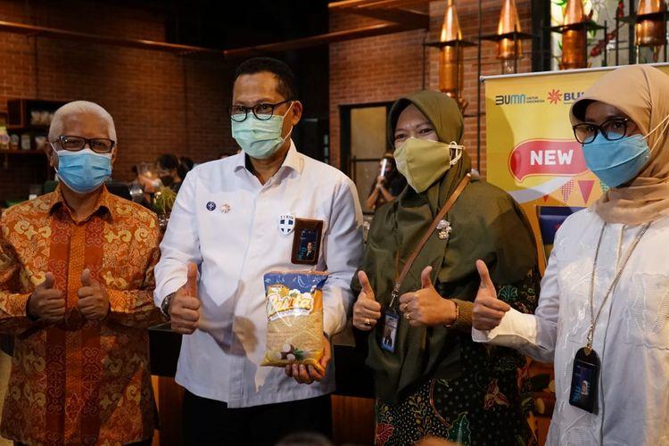 Direktur Utama Perum Bulog Budi Waseso meluncurkan produk barun berupa beras singkong dengan merek Besita di Jenderal Coffee Nusantara Buwas, Bandung, Selasa (15/12/2020).
