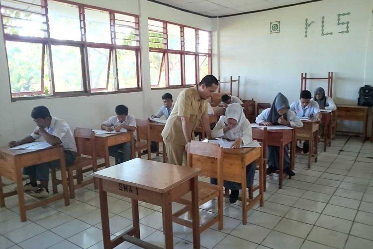Proses belajar mengajar di pulau terpencil, Kecamatan Liukang Tangaya, Kabupaten Pangkajene Kepulauan, Sulawesi Selatan.