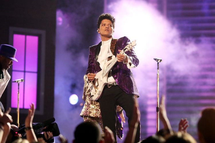 Musisi Bruno Mars tampil di malam puncak Grammy Awards ke-59 di Staples Center, Los Angeles, Minggu (12/2/2017).