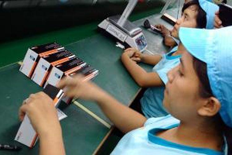 Pabrik ponsel dan tablet Evercoss di Semarang, Jawa Tengah.