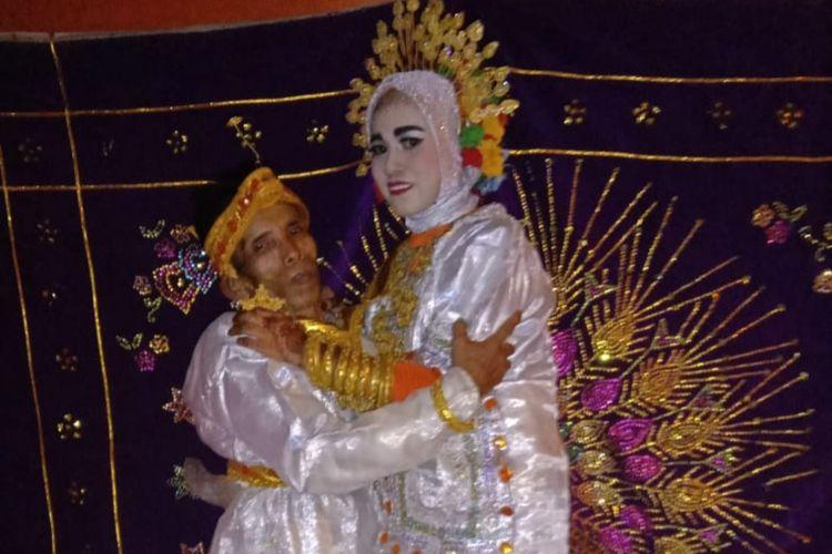 Bora (58) dan Ira Fazillah (19) pasangan pengantin yang kembali menggemparkan Kabupaten Bone, Sulawesi Selatan. Rabu, (7/4/2021).