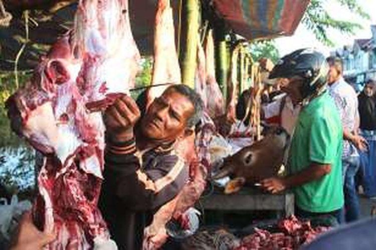 Pedagang daging meugang berjejer di pasar dadakan di Jalan Daut Dariyah, Meulaboh, Aceh Barat, Sabtu (4/6/2016) pagi.