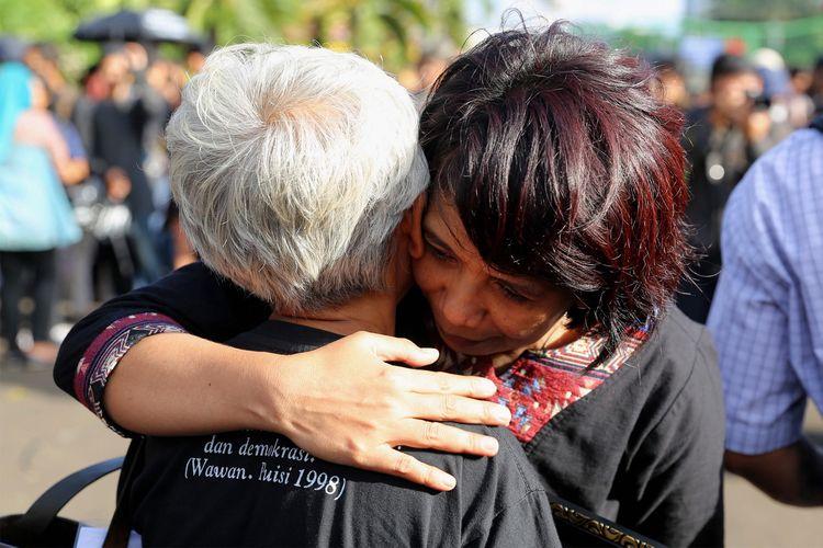 Istri mendiang aktivis HAM Munir, Suciwati memeluk Maria Katarina Sumarsih, ibu dari BR Norma Irmawan alias Wawan saat memperingati 10 Tahun Aksi Kamisan di depan Istana Merdeka, Jakarta, Kamis (19/1/2017). Kamisan sebagai bentuk perlawanan keluarga korban pelanggaran hak asasi manusia dalam melawan lupa telah berlangsung selama 10 tahun sejak aksi pertama di depan Istana Merdeka pada 18 Januari 2007.