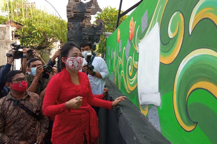 Menteri Pemberdayaan Perempuan dan Perlindungan Anak (PPPA) I Gusti Ayu Bintang Darmawati Puspayoga saat mengunjungi TPS 17 Banjar Kertasari, Denpasar
