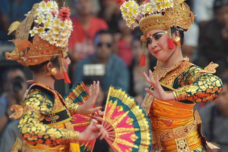 Dua seniman membawakan Tari Legong Prabu China dalam pagelaran tari klasik Bali di Pesta Kesenian Bali ke-41, Denpasar, Bali, Kamis (27/6/2019). Tari tersebut merupakan bagian dari Tari Legong Keraton yaitu salah satu dari sembilan tari Bali yang telah ditetapkan sebagai warisan budaya dunia tak benda oleh UNESCO.