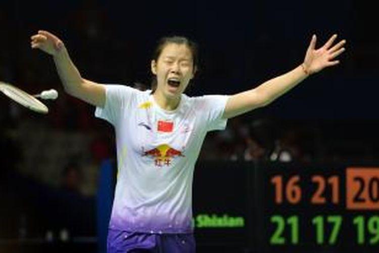 Pebulu tangkis Aasl China, Li Xuerui berteriak merayakan kemenangannya atas sesama pemain China, Wang Shixian, pada laga final tunggal putri China Open Superseries Premier 2013 di Shanghai,  Minggu (17/11/2013). Li menang 16-21, 21-17, 21-19.