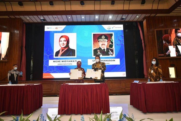 Direktur Utama Pertamina Nicke Widyawati dan Jaksa Agung ST Burhanudin saat menandatangai  nota kesepahaman kerja sama Pertamina dan Kejasaan Agung di Jakarta, Rabu (25/11/2020). (Dok. Pertamina)