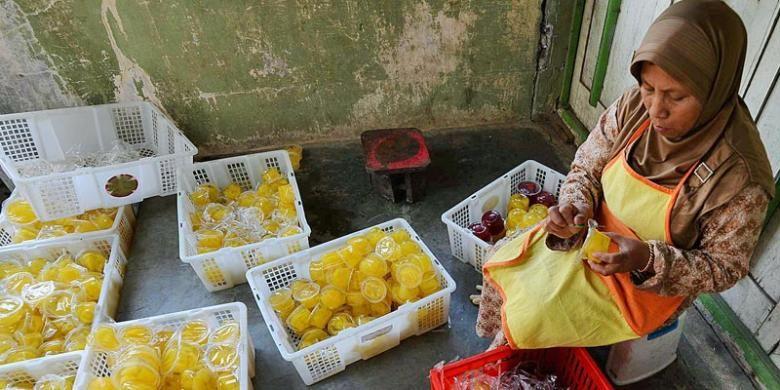 Warga membuat manisan kemasan dari buah karika yang dijual Rp 5.000 per gelas di Desa Patak Banteng, Kecamatan Kejajar, Kabupaten Wonosobo, Jawa Tengah, Senin (13/10/2014). Karika dibudidayakan di Dataran Tinggi Dieng yang ditanam di sela-sela tanaman kentang sebagai komoditas utamanya.