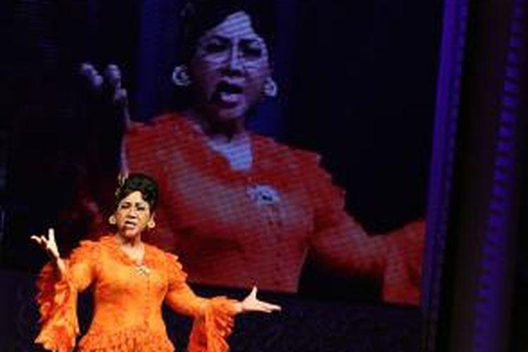 Titiek Puspa mementaskan drama musikal The Legendary Journey, di Hotel Indonesia, Jakarta, Rabu (20/9/2012). Pementasan drama musikal persembahan Djarum Apresiasi Budaya yang disutradarai oleh Garin Nugroho tersebut digelar untuk memperingati 50 tahun Hotel Indonesia berdiri.