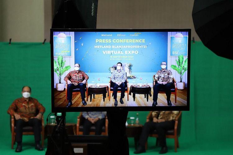 Direktur Metland Wahyu Sulistio bersama EVP Consumer Loans Bank Mandiri Ignatius Susatyo Wijoyo dan SEVP Consumer Banking BSI Wawan Setiawan di press connference pameran virtual BlanjaProperti'21