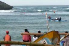 Kapal Nelayan Terbalik Dihantam Ombak di Pantai Ngrenehan Gunungkidul