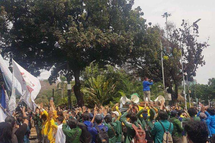 Massa BEM SI dalam demonstrasi tolak UU Cipta Kerja. Aksi diselenggarakan pada Selasa (20/10/2020), di sekitar Patung Kuda Arjuna Wijaya Jakarta Pusat