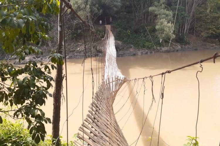Jembatan gantung di atas Sungai Cicatih putus di Desa Kertamukti, Kecamatan Warungkiara, Sukabumi, Jawa Barat, Senin (24/8/2020).
