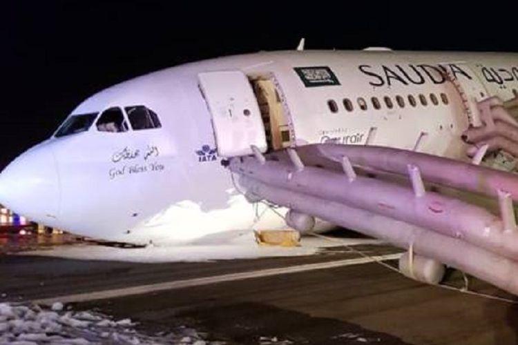 Sebuah pesawat Airbus A330 milik maskapai penerbangan Saudi Arabia Airlines mendarat darurat di Jeddah, Senin (21/5/2018) malam.