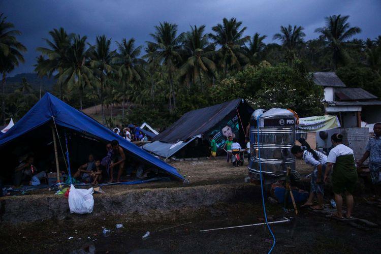 Pengungsi mengambil air wudhu sebelum menunaikan salat Maghrib di tempat penampungan pengungsi korban gempa bumi di Desa Karang Subagan, Kecamatan Pemenang, Lombok Utara, Rabu (8/8/2018). Total Sebanyak 156.003 jiwa korban gempa bumi mengungsi dan diperkirakan akan terus bertambah.