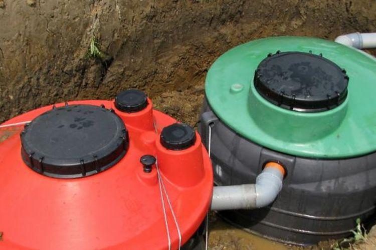 Selanjutnya, kamar tangki harus diisi dengan air. Pengisiannya harus dilakukan bertahap. Saat pengisian, penimbunan sekitar tangki juga harus dilakukan.