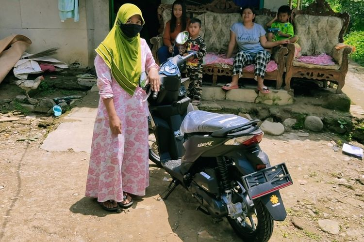 Waryusih, warga Desa Kawungsari Kecamatan Cibeureum Kabupaten Kuningan Jawa Barat menunjukan sepeda motor yang baru dibelinya, Senin (22/2/2021). Waryusih, merupakan warga di desa miliarder pasca pencairan pembebasan lahan untuk Bendungan Kuningan.
