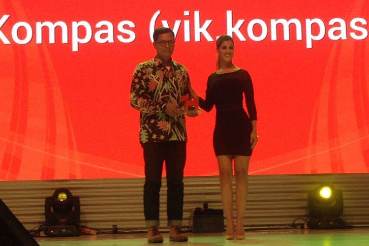 Pemimpin Redaksi Kompas.com Wisnu Nugroho saat menerima penghargaan Best Website kategori News or Entertaiment yang diraih VIK Kompas.com di Ballrom Hotel Ritz Carlton, Jakarta, Kamis (28/9/2017).