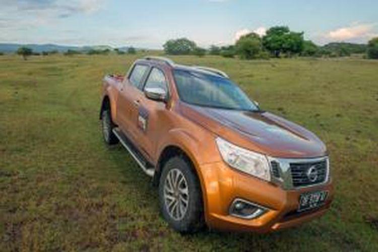 Nissan All-New NP300 Navara beraksi di savana Gunung Tambora, Dompu, Nusa Tenggara Barat.