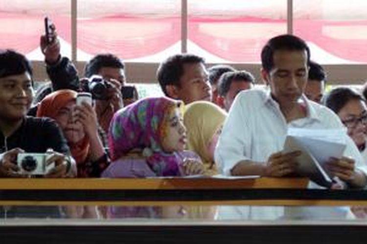 Gubernur DKI Jakarta Joko Widodo (memegang kertas) melakukan inspeksi mendadak di kantor Pelayanan Terpadu Satu Pintu di Gedung Pemerintah Kota Jakarta Timur, Selasa (16/7/2013) sore.