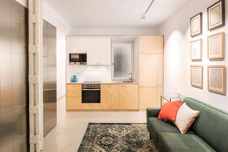 Ruang keluarga apartemen dengan bentuk persegi panjang yang direpetisi