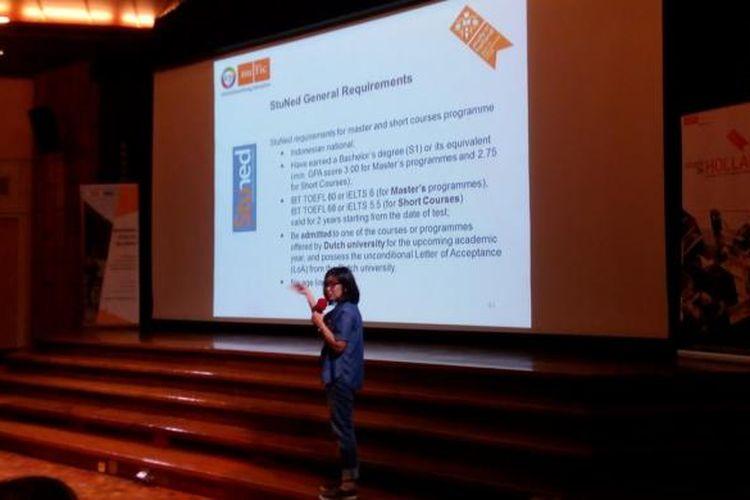Koordinator Beasiswa Nuffic Neso Indonesia, Indy Hardono, sedang memaparkan seluk beluk program beasiswa Studeren in Nederland dalam acarca Holland Scholarship Day, Sabtu (21/1/2017), di Erasmus Huis, Jakarta.