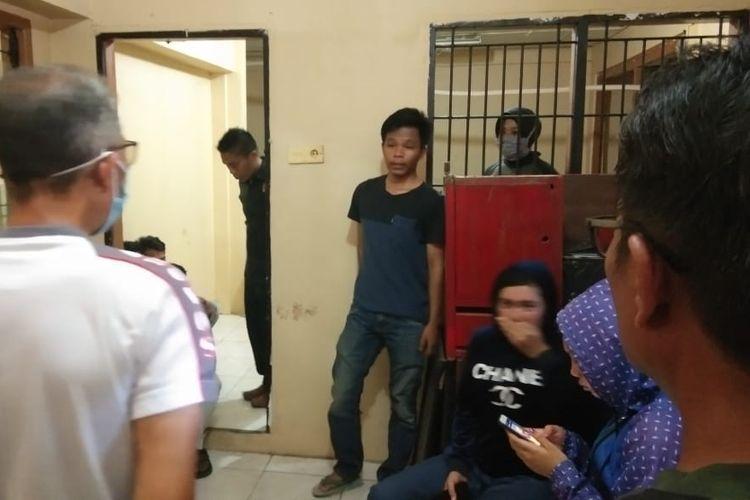 Sejumlah anak muda yang terjaring oleh Satpol PP Padang, Rabu (1/4/2020) diberi pengarahan.
