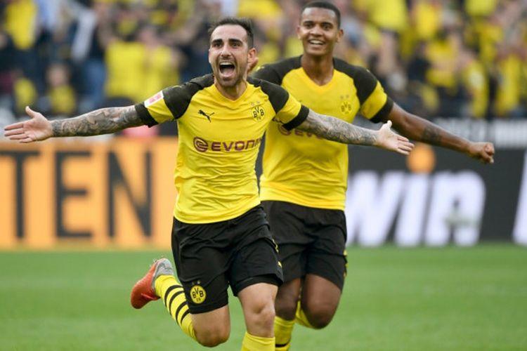 Penyerang Borussia Dortmund, Paco Alcacer, melakukan selebrasi setelah mencetak gol ke gawang Augsburg pada laga lanjutan Liga Jerman di Signal Iduna Park, Sabtu (6/10/2018) malam WIB.