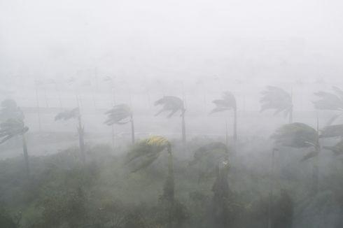 Hujan Badai, Tiga Tiang Listrik di Semarang Roboh