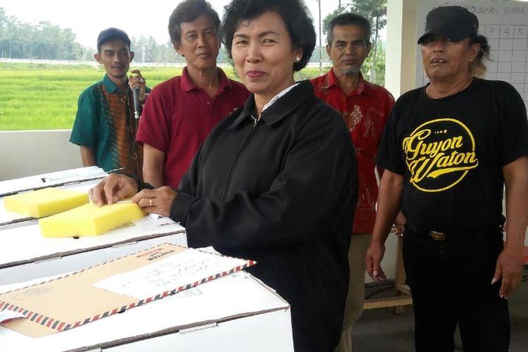Warga memberikan suaranya dalam pemilihan Ketua RW X Kelurahan Tingkir Tengah Kecamatan Tingkir Kota Salatiga