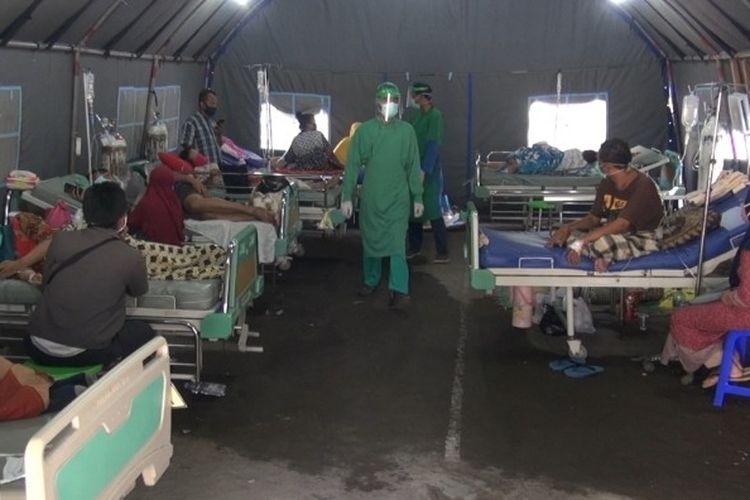 Sejumlah pasien yang mengarah ke suspect Covid-19 menjalani perawatan di tenda darurat RSUD Kardinah Kota Tegal, Senin (16/11/2020).