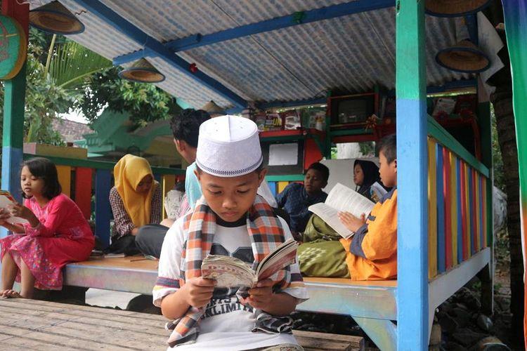 Suasana Pos Kamling di lingkungan RT 02 RW 03, Desa Mojoduwur, Kecamatan Mojowarno, Kabupaten Jombang, Jawa Timur, Rabu (24/7/2019) petang. Pos Kamling ini disulap menjadi taman baca oleh para pemuda desa setempat.