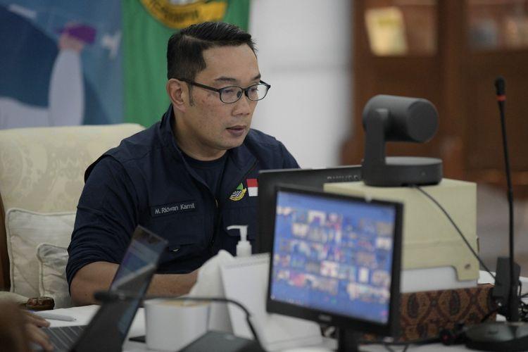 Gubernur Jabar Ridwan Kamil saat Vicon Audit Stok Vaksin Opname Vaksin COVID-19 bersama Menteri Koordinator Bidang Kemaritiman dan Investasi RI Luhut Binsar Pandjaitan dari Gedung Pakuan, Kota Bandung, Senin (9/8/2021).