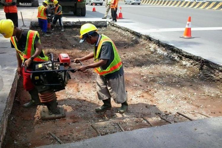 Jasamarga Metropolitan Tollroad melakukan Pekerjaan Pemeliharaan Periodik (Scrapping Filling Overlay) dan Rekonstruksi Perkerasan di Ruas Tol Jakarta-Tangerang.