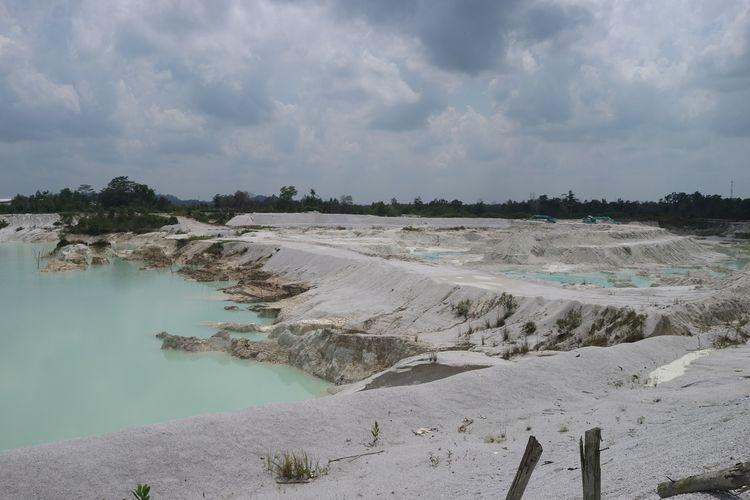 Debit air hujan yang bercampur dengan kaolin di Danau Kaolin, Belitung membuat air danau menjadi berwarna biru muda. Jika cuaca mendung, warna air akan berubah menjadi kehijauan.