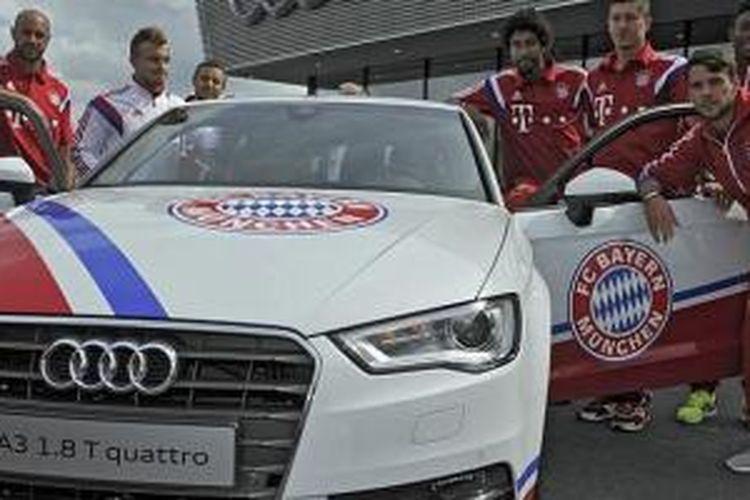 Pemain Muenchen berpose dengan Audi A3 1.8 T quattro