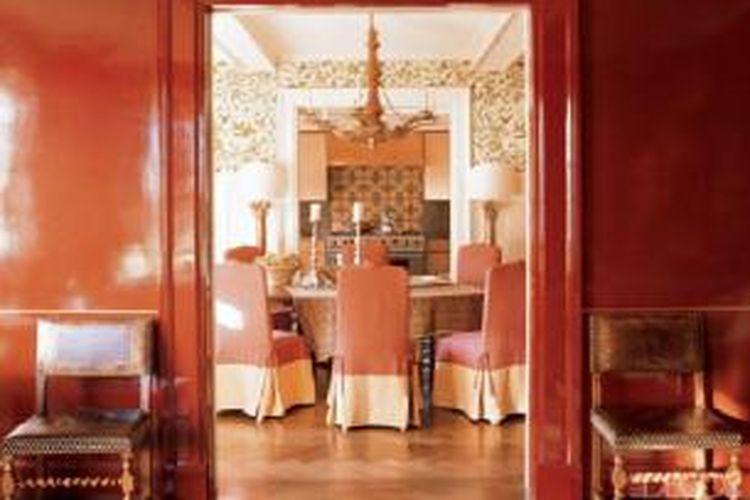Salah satu cara menggunakan warna merah jambu dalam dekorasi rumah, dengan memadukannya dengan warna merah. Foto yang diambil di sebuah dupleks di New York, Amerika Serikat ini merupakan hasil penataan desainer Ellen Hamilton.