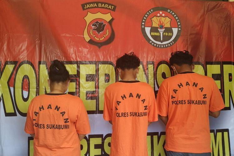Polres Sukabumi hadirkan tiga tersangka kasus tewasnya bocah lima tahun saat konferensi pers di Polsek Cibadak, Sukabumi, Jawa Barat, Selasa (24/9/2019).