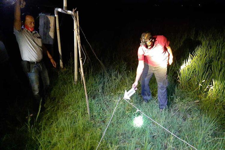 Olah TKP pasutri, Jamal (60) dan Lani (55) warga Dukuh Peting, Desa Kutukan, Kecamatan Randublatung, Kabupaten Blora, Jawa Tengah yang tewas tersengat listrik jebakan tikus di sawah milik mereka sendiri, Jumat (16/10/2020)