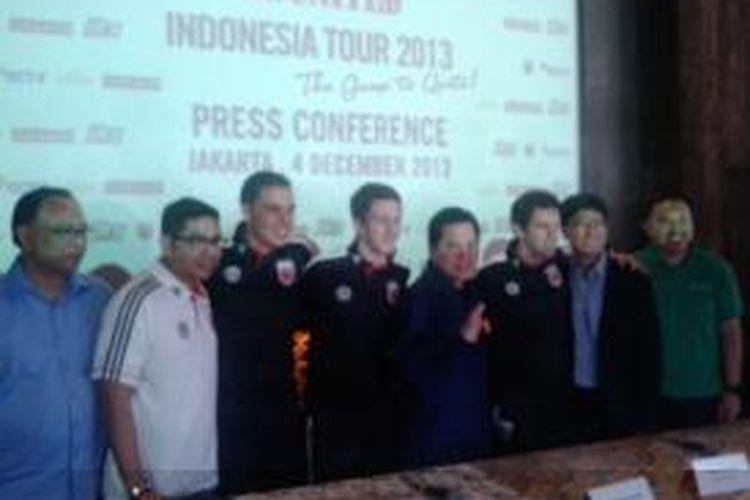 Pemilik klub DC United Erick Thohir (lima dari kiri) saat acara konferensi pers DC United : Indonesian Tour 2013, di Jakarta, Rabu (4/12/2013)