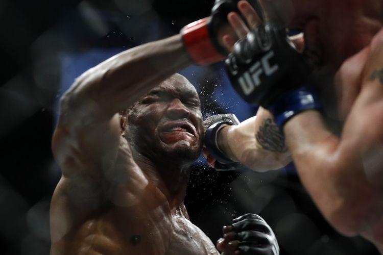 Juara kelas welter UFC Kamaru Usman (kiri) jual beli pukulan dengan Colby Covington dalam pertarungan gelar kelas welter dalam UFC 245 di T-Mobile Arena pada 14 Desember 2019 di Las Vegas, Nevada.